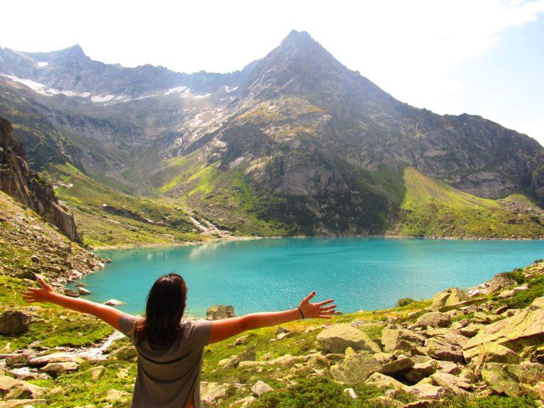 Lago Gelmersee acessado a partir do funicular Gelmerbahn na Suíça