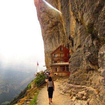 Ebenalp, na Suíça: restaurante Berggasthaus Aescher e cavernas Wildkirchli