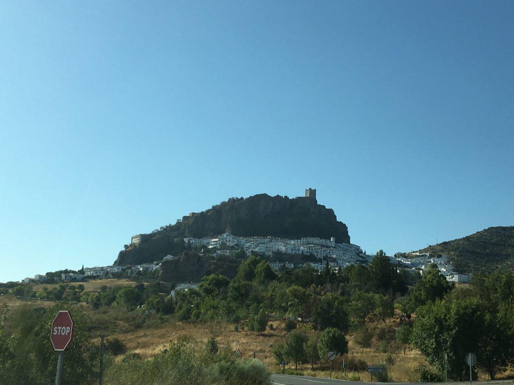 Castelo de Zahara de la Sierra visto da estrada