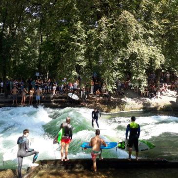 Englischer Garten de Munique, um dos maiores parques urbanos do mundo, tem surf em rio e áreas de nudismo