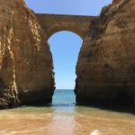 Praia dos Estudantes em Lagos, no Algarve, tem linda ponte