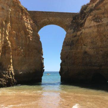 Praia dos Estudantes em Lagos, no Algarve, tem linda ponte romana